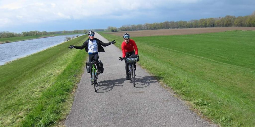 Good weather for cycling hands-off by the River Weser